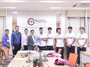 """วิทยาลัยนวัตกรรมและการจัดการ มหาวิทยาลัยราชภัฏสวนสุนันทา จัดพิธี """"มอบทุนการศึกษาให้กับนักกีฬาฟุตบอลทีมชาติไทย"""