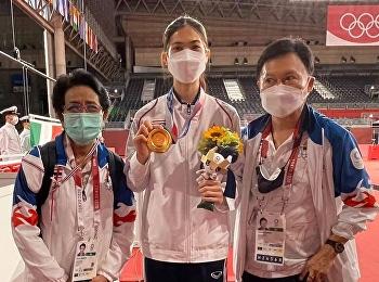 รศ.ดร.สุพิตร สมาหิโต ร่วมแสดงความยินดีกับ ภานิพัค วงศ์พัฒนกิจ นักกีฬาเทควันโดทีมชาติไทย ที่คว้าเหรียญทองจากการแข่งขันกีฬาโอลิมปิก 2020